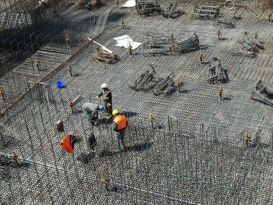 inwestycja deweloperska - praca na budowie